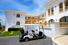 游人运输的电车在豪华旅馆 库存图片