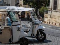 游人运输的白色Tuk-Tuk都市车在Lisb 免版税图库摄影