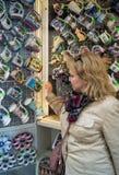 游人选择捷克纪念品 免版税库存照片
