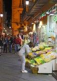 游人通过圣切萨雷奥在索伦托,意大利在晚上 库存图片