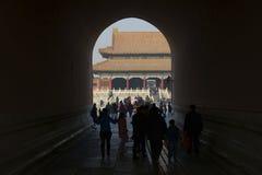 游人通过隧道参观故宫 免版税库存照片