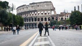 游人通过dei Fori Imperiali和大剧场 库存图片
