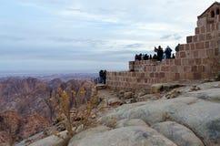 游人遇见在登上摩西,西奈山,埃及的黎明 免版税图库摄影