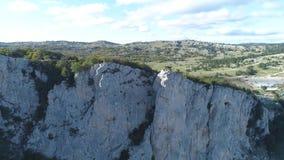 游人顶视图在山深渊的 射击 岩石峭壁迷人的绿色植被看法和全景  组 股票视频