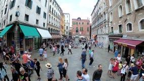 游人顶视图沿狭窄的街道走在威尼斯附近,意大利纪念品店  股票录像
