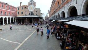 游人顶视图沿狭窄的街道走在威尼斯附近,意大利纪念品店  影视素材