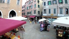 游人顶视图沿狭窄的街道走在威尼斯附近,意大利纪念品店  股票视频