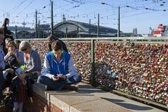 游人,五颜六色的挂锁, Hohenzollern桥梁 免版税库存图片