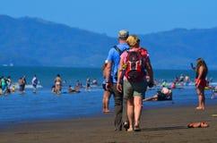 游人,在海滩的A天 免版税库存图片