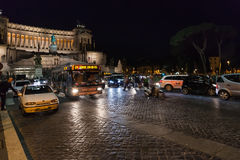 游人,汽车,在广场Venezia的公共汽车在罗马 图库摄影