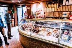 游人购买在面包点心店的冰淇凌在罗马,意大利 图库摄影