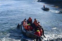 游人从在合恩角的游轮下船 免版税库存图片