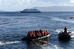 游人从在合恩角的游轮下船 库存图片