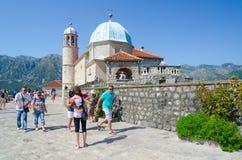 游人维尔京参观海岛在礁石Gospa od Skrpela海岛,黑山上的 免版税库存照片