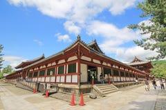 游人寻找到参观的贸易的票在Todaiji tem里面 免版税库存照片
