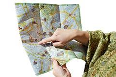 游人寻找在被隔绝的地图的一条路线 免版税库存照片