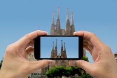 游人阻止照相机电话在sagrada familia 免版税库存照片