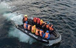 游人从游轮下船通过极光在合恩角 库存照片