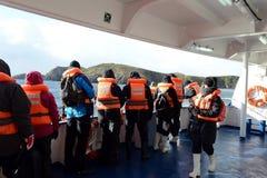 游人从游轮下船通过极光在合恩角 库存图片