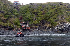 游人从游轮下船通过极光在合恩角 免版税库存照片