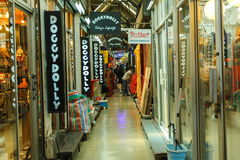 游人购物在Chatuchak市场上在曼谷,泰国 Chatuchak市场是最普遍的周末 免版税库存图片