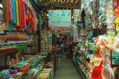 游人购物在Chatuchak市场上在曼谷,泰国 Chatuchak市场是最普遍的周末 库存图片