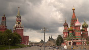 游人临近圣蓬蒿` s大教堂和斯帕斯基塔 红场 莫斯科 股票录像