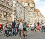 游人临近大教堂圣玛丽亚del菲奥雷 佛罗伦萨意大利 库存图片