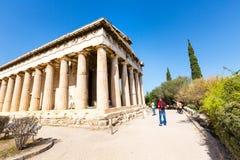 游人临近Hephaestus,雅典,希腊寺庙  库存图片