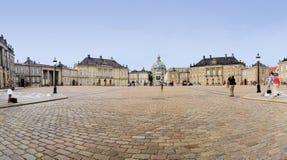 游人amalienborg宫殿哥本哈根丹麦 免版税库存图片