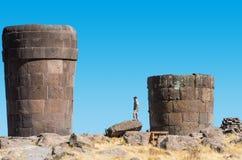 游人Silustani坟茔秘鲁安地斯普诺秘鲁 库存图片