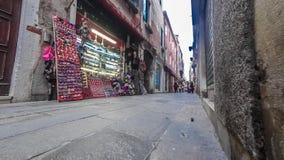 游人Timelapse一个狭窄的段落的在老砖瓦房之间在威尼斯4K 股票录像