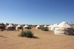游人Yurt阵营在沙漠,侧视图 图库摄影