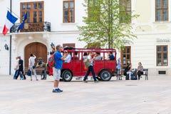 游客旅行乘在历史正方形的公共汽车 库存图片