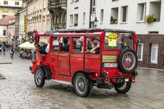 游客旅行乘在历史正方形的公共汽车 免版税图库摄影
