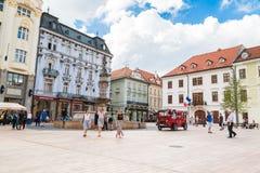 游客旅行乘在历史正方形的公共汽车 图库摄影