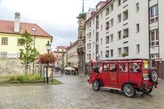 游客旅行乘在历史正方形的公共汽车 免版税库存照片