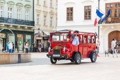 游客旅行乘在历史正方形的公共汽车 免版税库存图片