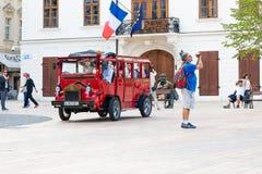 游客旅行乘在历史正方形的公共汽车 库存照片