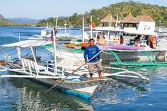 游客旅行乘在菲律宾的海岛的之间小船 库存照片