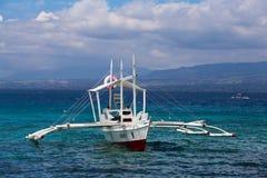 游客旅行乘在菲律宾的海岛的之间小船 免版税图库摄影