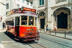 游客旅行在历史的电车之前在街市里斯本市 图库摄影