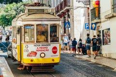 游客旅行在历史的电车之前在街市里斯本市 库存照片