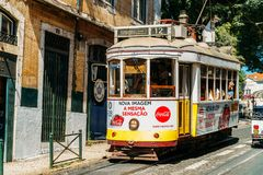 游客旅行在历史的电车之前在街市里斯本市 库存图片