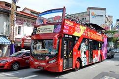 游客旅行的蛇麻草公共汽车在一点印度,新加坡 图库摄影
