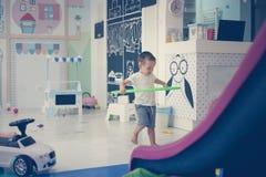 游戏室的一个小男孩 库存图片