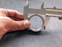 游标卡尺是在工业的一个不可缺少的工具 免版税图库摄影