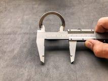 游标卡尺是在工业的一个不可缺少的工具 免版税库存照片