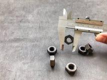游标卡尺是在工业的一个不可缺少的工具 库存照片
