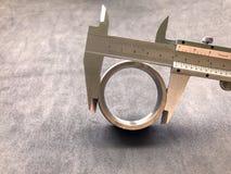 游标卡尺是在工业的一个不可缺少的工具 免版税库存图片